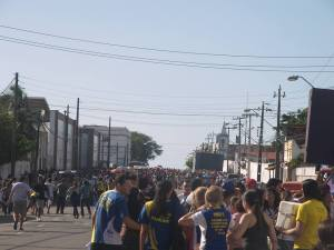 """O relato da irmã Wise Primo, que esteve na Marcha para Jesus em Fortaleza: Muita gente, 2 trios elétricos, muitos pulos, animação, sorrisos e sorrisos...   O que eu não consegui perceber foi a consciência e o q se espera numa Marcha como essa...   Dinheiro, artistas, movimento... E o povo de Deus se organiza, apoia e defende isso com afinco...  Não sou contra diversão... É saudável, bacana...   """"Ahhhh, mas tem marcha pra gay, pra maconha, pra blá blá blá wiskas sachê..."""" E por causa disso você defende uma Marcha?  Jovens sem causa alguma... Esperando para ver artistas...  Idolatria e os moldes dessa Terra... Marcha Pra Que????  O que tem mudado na nossa vida e História do Cristianismo na Sua Cidade?   Competição?   O nome de Jesus exaltado? Pregação da Palavra?   Pra que se eu posso só pular?!"""
