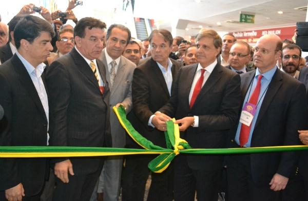 Empresários e artistas de púlpito gospel cortando a faixa de inauguração da FIC - feira gospel da Globo que ficou no esquecimento.