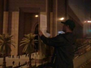 """Afixando """"teses"""" nos tapumes do Templo de Salomão (os seguranças chegaram logo em seguida)"""