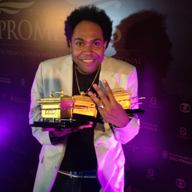 Thalles Roberto feliz da vida por ter ganho o Troféu Promessas em três categorias. São 3 arcas da aliança, dá pra fazer 3 atos patéticos em 2015.