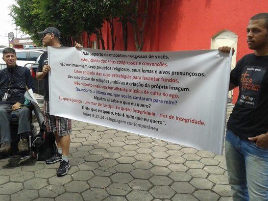 Movimento pela Ética Evangélica Brasileira levando versículos bíblicos no 7o. Congresso de Avivamento Fogo para o Brasil, no Estádio do Canindé em São Paulo