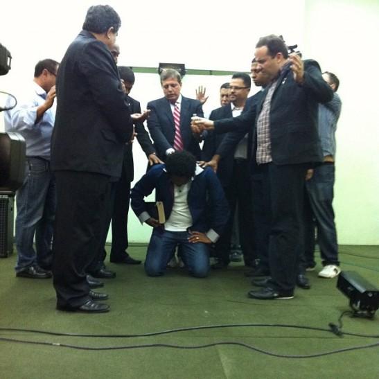 Thalles Roberto é ungido pastor (???)