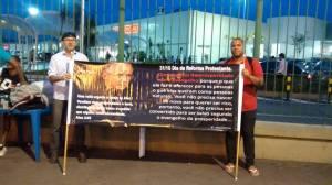 Protestantes do MEEB no Rio de Janeiro, em frente ao Barrashopping