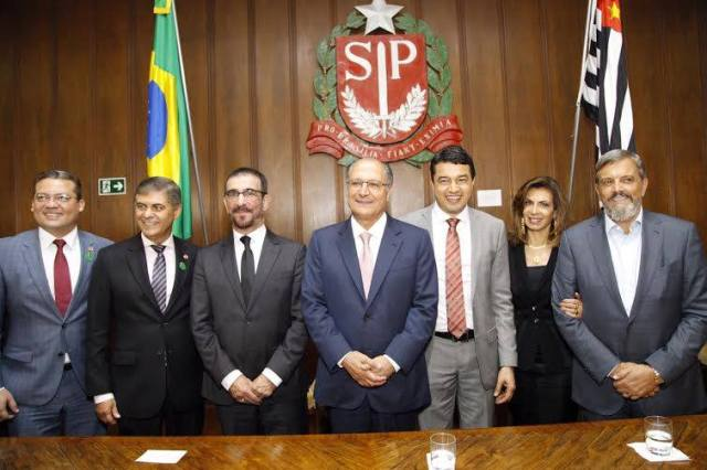 geraldo-alckmin-assina-a-lei-estadual-da-marcha-para-jesus-46